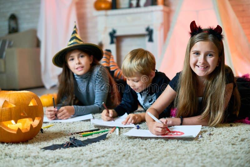 Crianças criativas no partido de Dia das Bruxas fotos de stock