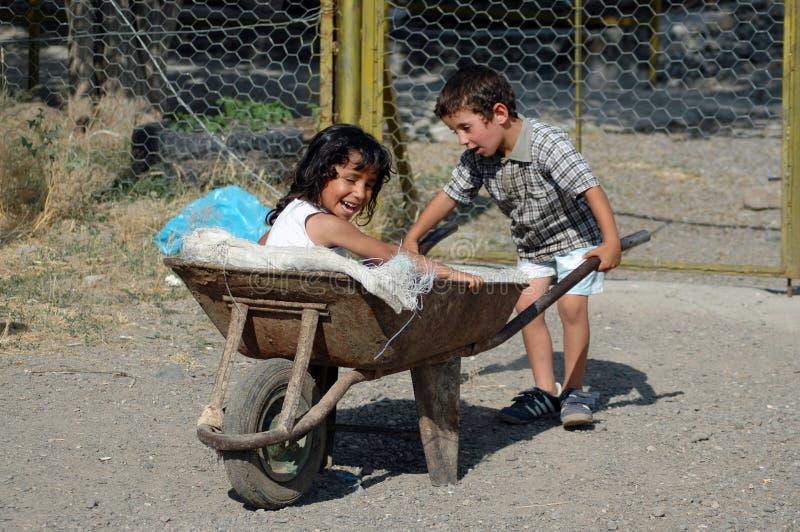 Crianças curdos que jogam na vila foto de stock royalty free