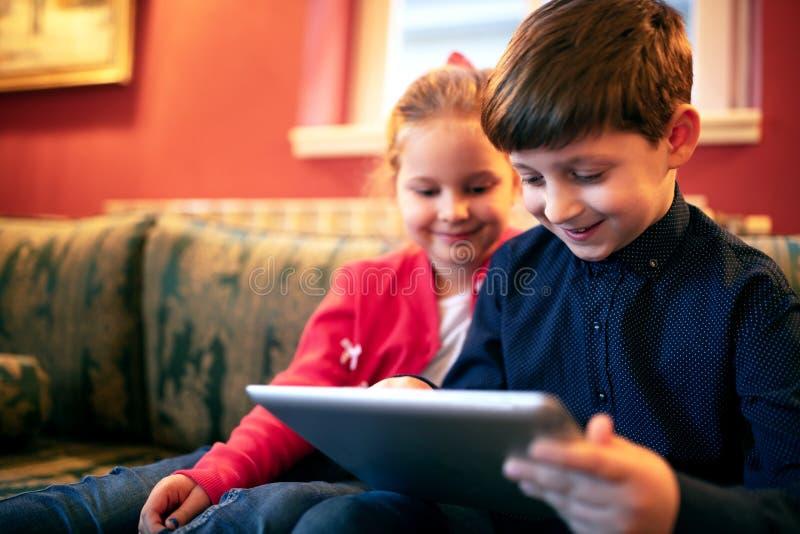 Crianças curiosas na aventura imagens de stock royalty free