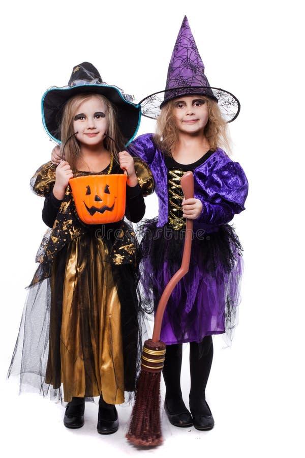 Crianças da bruxa com truque ou deleite Halloween fairy tale Retrato do estúdio isolado sobre o fundo branco imagem de stock