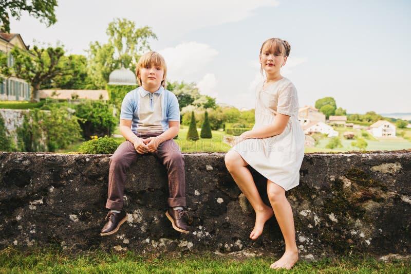 Crianças da forma que levantam no jardim bonito imagem de stock royalty free