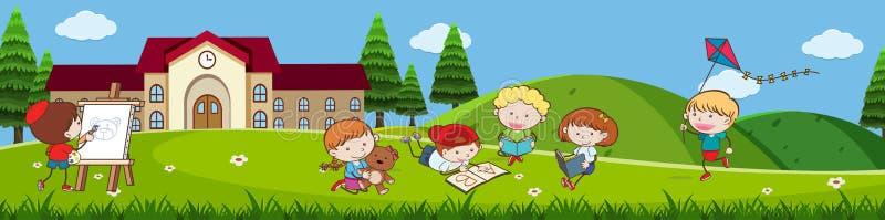 Crianças da garatuja que jogam na frente da escola ilustração royalty free