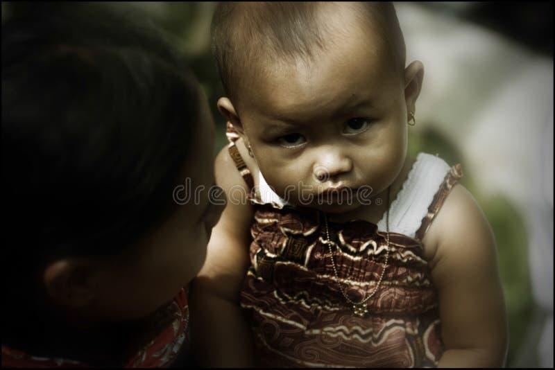 Crianças da inclinação da montanha de Merapi que vê a câmera foto de stock royalty free