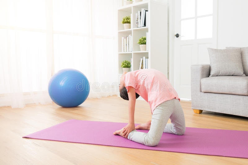 Crianças da menina que praticam a ação da ioga imagens de stock royalty free