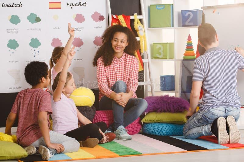 Crianças da poliglota que respondem à pergunta fotografia de stock