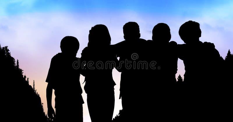 Crianças da silhueta que estão os braços ao redor ilustração stock