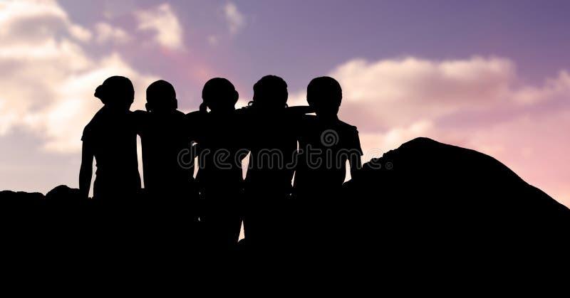 Crianças da silhueta que estão os braços ao redor contra o céu ilustração royalty free