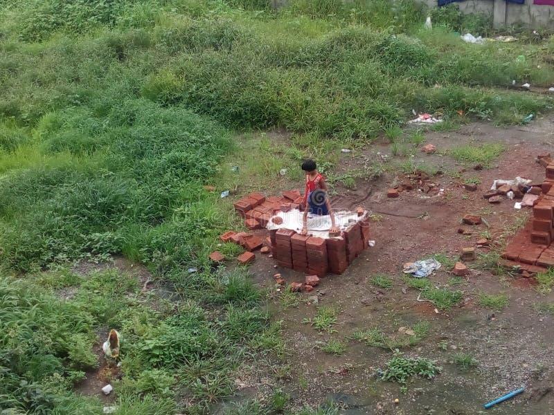 Crianças da vila que jogam o passatempo imagem de stock