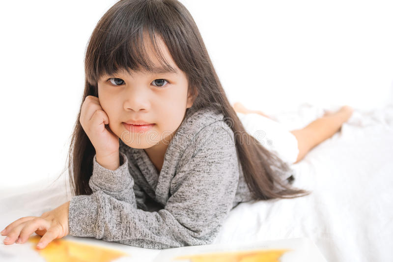 Crianças de Ásia do retrato, educação e conceito da escola - livro de leitura da menina do estudante fotografia de stock