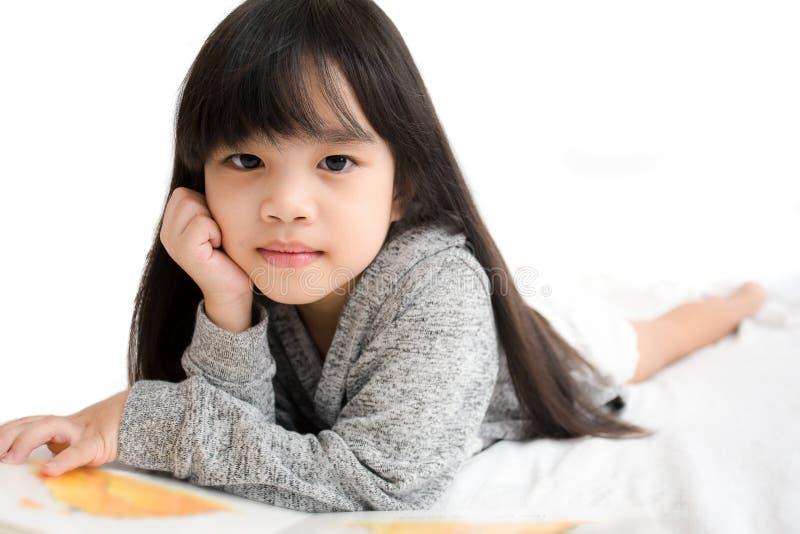 Crianças de Ásia do retrato, educação e conceito da escola - livro de leitura da menina do estudante fotos de stock royalty free