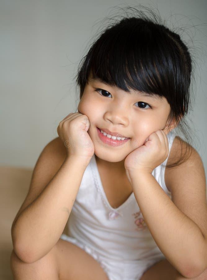Crianças de Ásia do retrato que sentem felizes da menina da escola foto de stock