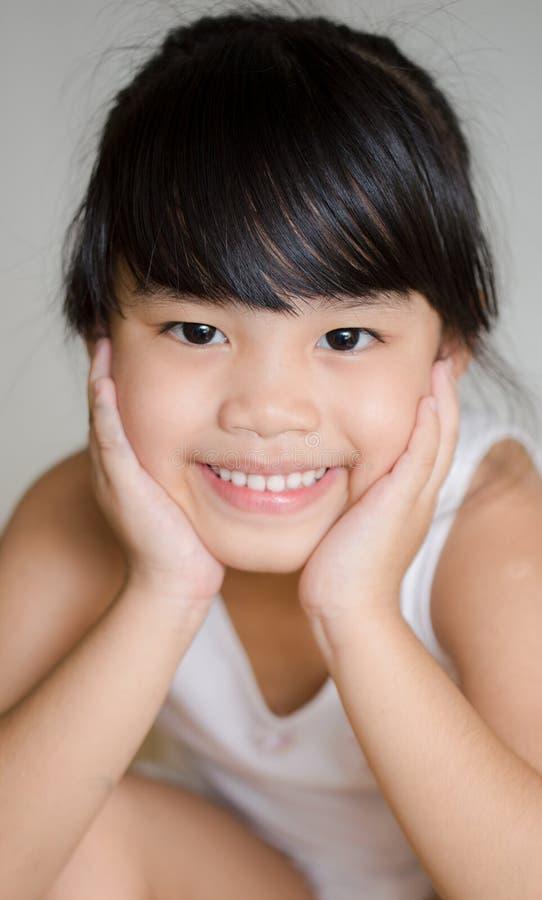 Crianças de Ásia do retrato que sentem felizes da menina da escola imagens de stock