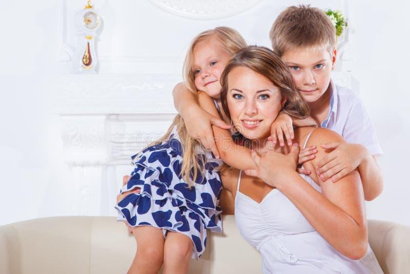 Crianças de abraço da mãe fotografia de stock
