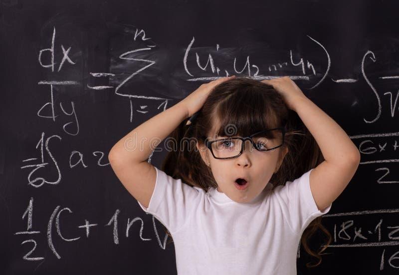 Crian?as de ajuda com conceito das dificuldades de aprendizagem Crian?a na sala de aula imagens de stock