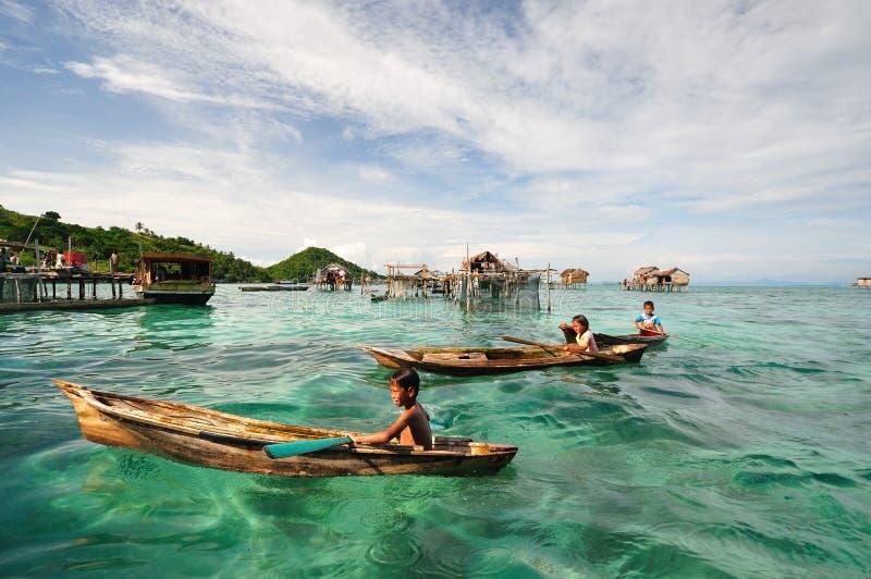 Crianças de ciganos de Bajau Laut ou de mar em Sabah Borneo Malaysia fotografia de stock