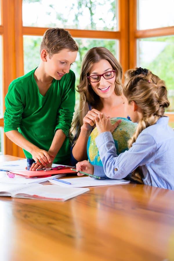 Crianças de ensino da mãe lições privadas para a escola imagens de stock royalty free