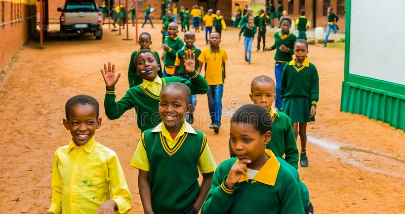 Crianças de escola primária africanas antes dos começos da escola fotografia de stock royalty free