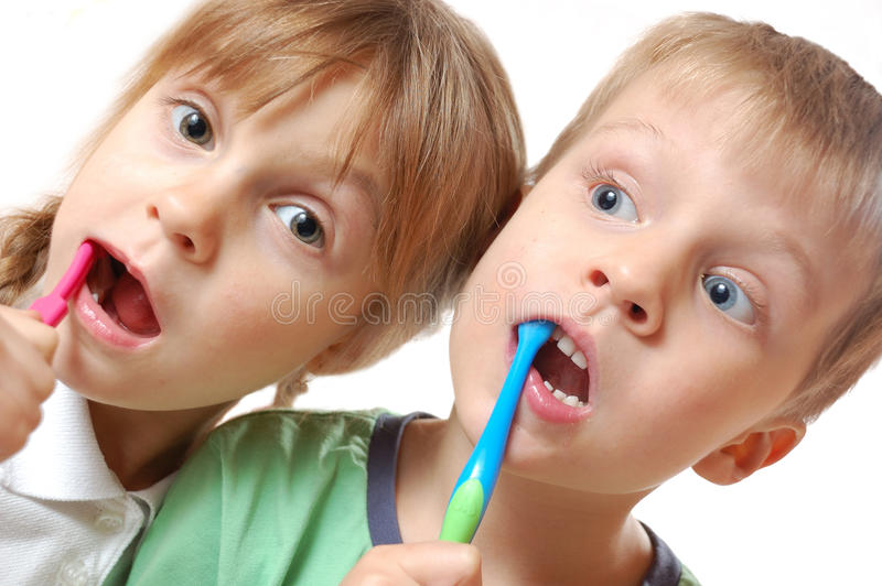 Crianças de escovadela dos dentes fotografia de stock royalty free