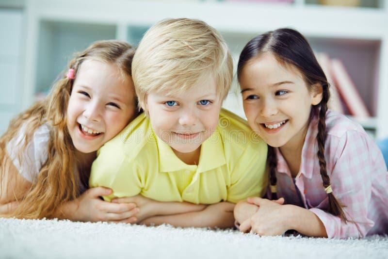 Crianças de relaxamento foto de stock