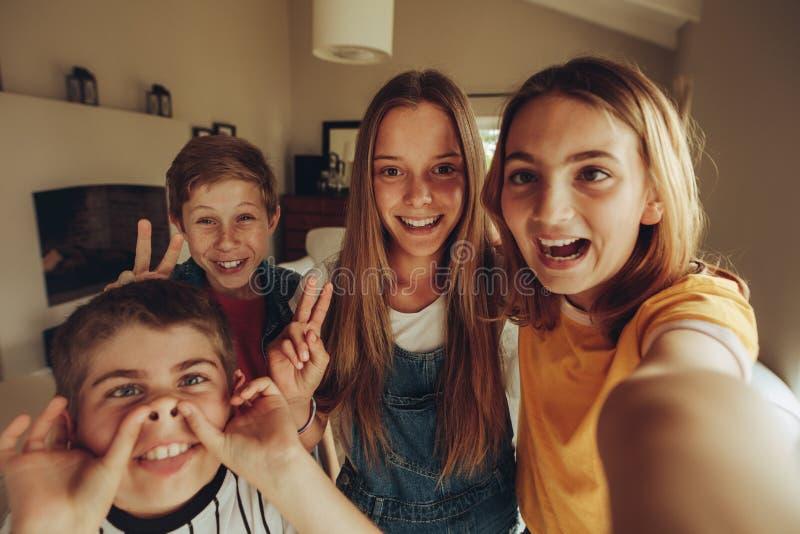 Crianças de Selfie imagem de stock
