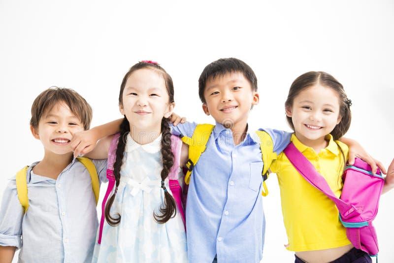 crianças de sorriso felizes que estão junto fotografia de stock royalty free