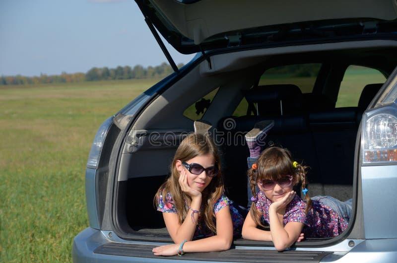 Crianças de sorriso no carro foto de stock