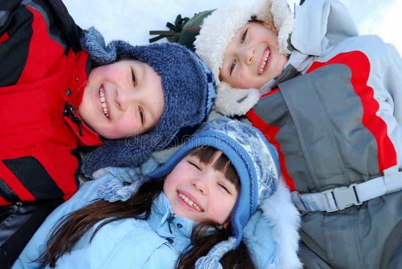 Crianças de sorriso no inverno foto de stock royalty free
