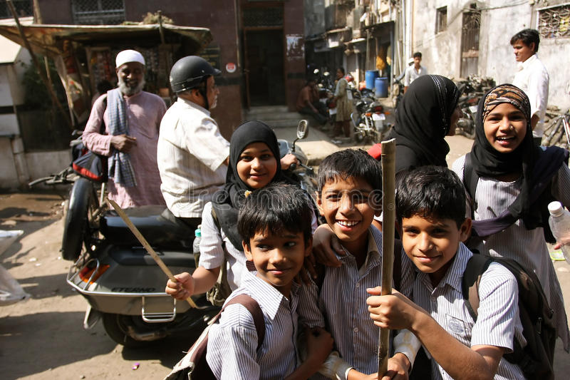 Crianças de sorriso no quarto muçulmano de Mumbai fotografia de stock royalty free