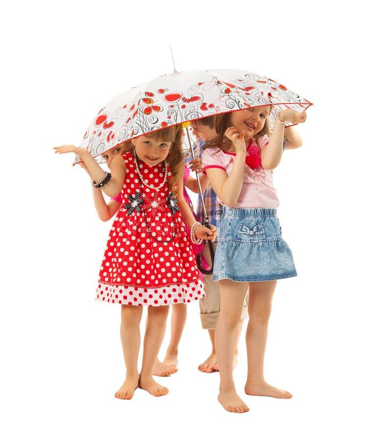 Crianças descalças sob um guarda-chuva foto de stock royalty free