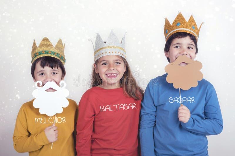 Crianças disfarçadas como três homens sábios foto de stock