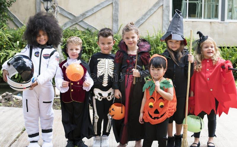 Crianças diversas em trajes de Dia das Bruxas fotografia de stock royalty free