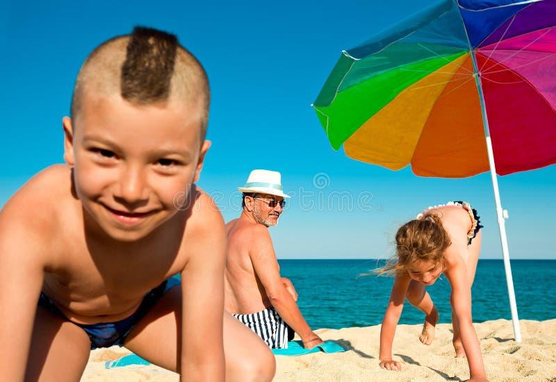 Crianças do avô do divertimento do mar das férias fotos de stock royalty free
