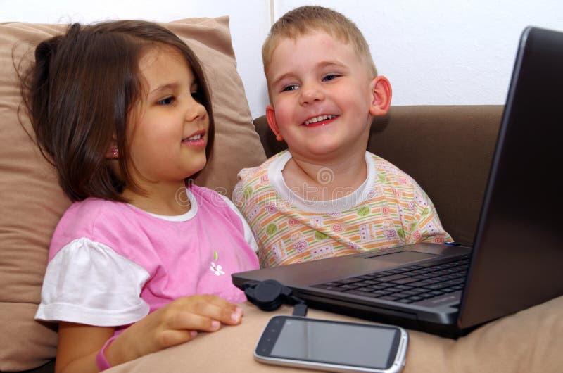 Crianças do computador. imagens de stock