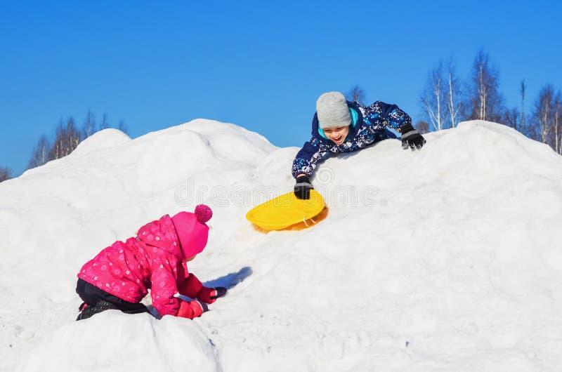 Crianças do divertimento do inverno imagens de stock
