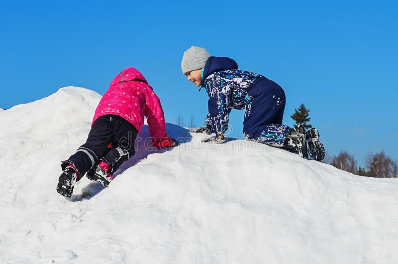 Crianças do divertimento do inverno imagens de stock royalty free