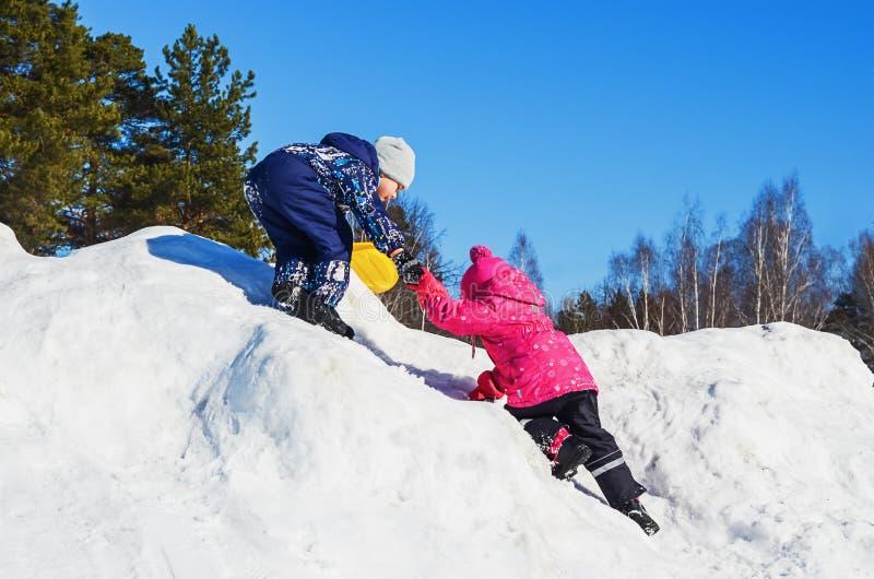 Crianças do divertimento do inverno imagem de stock