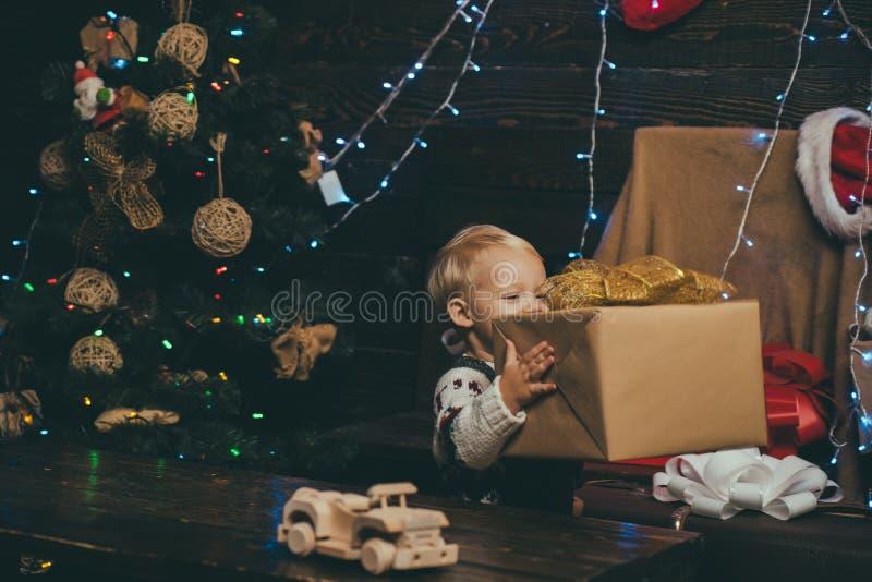 Crianças do inverno A criança aprecia o feriado Cartão de Natal Crianças do ano novo Criança feliz com caixa de presente do Natal fotografia de stock
