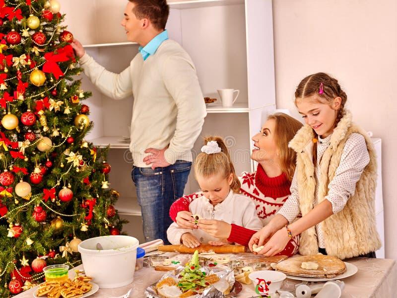 Crianças do jantar da família do Natal que rolam a massa no partido do Xmas da cozinha imagem de stock