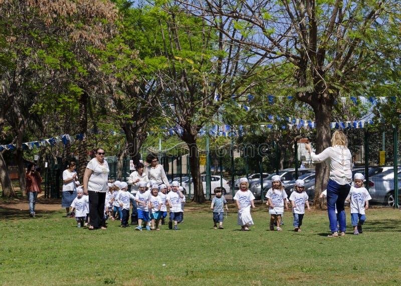 Crianças do jardim de infância em Israel Independence Day fotos de stock