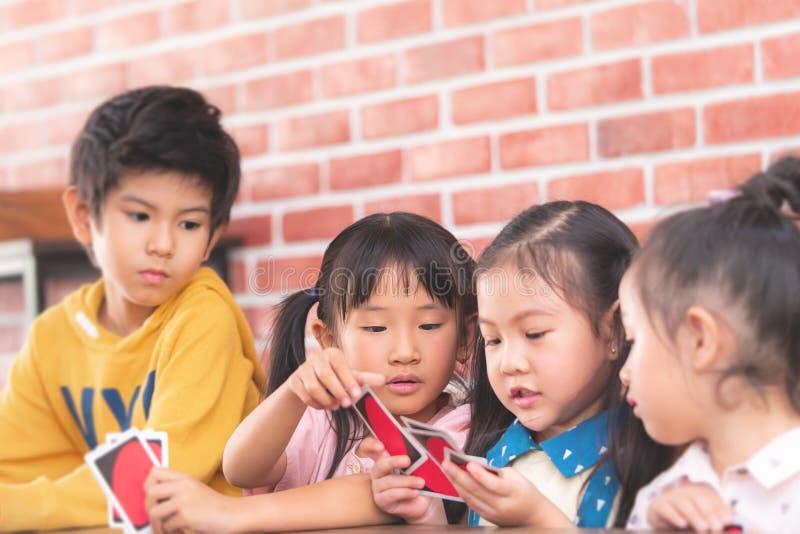 Crianças do jardim de infância que jogam contando o cartão na sala de classe imagens de stock royalty free