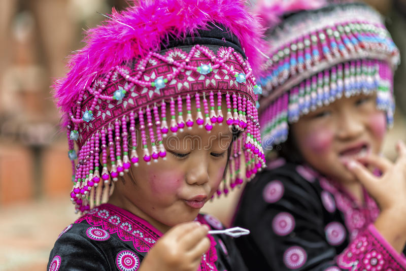 Crianças do tribo do monte na roupa tradicional em Doi Suthep fotografia de stock royalty free