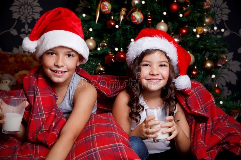 Crianças doces que bebem um vidro do leite foto de stock