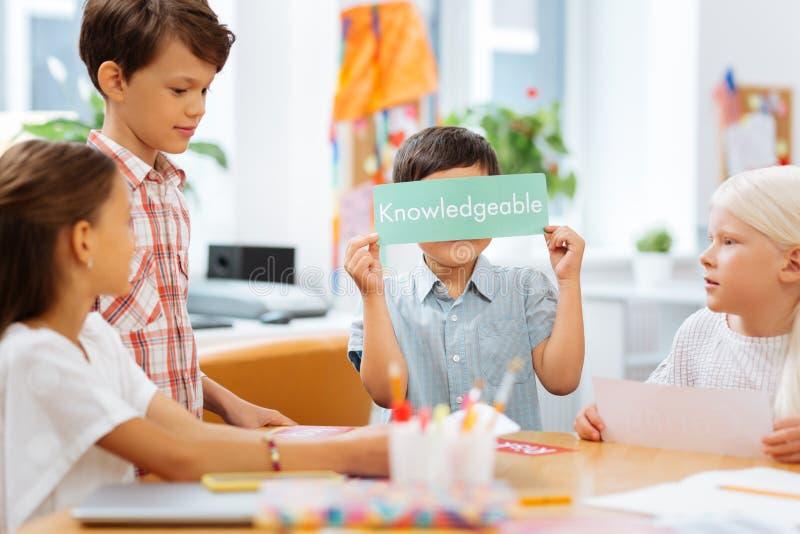 Crianças doces que têm uma ruptura entre lições fotos de stock
