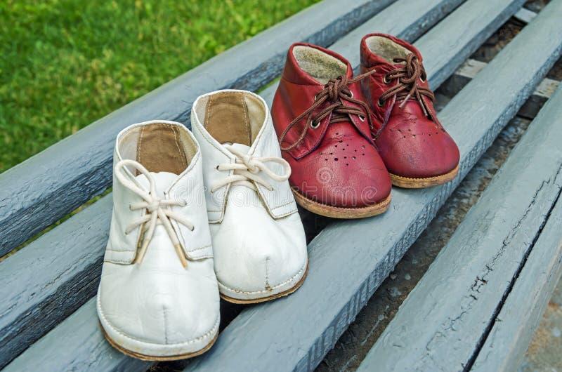 Crianças dos calçados fotografia de stock royalty free