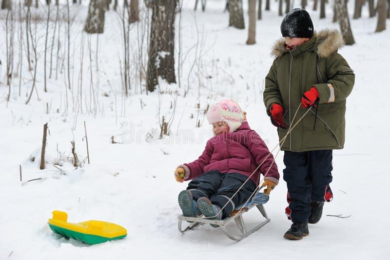 Crianças dos jogos do inverno fotografia de stock