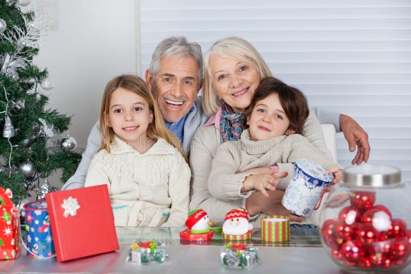 Crianças e avós com presentes do Natal imagens de stock