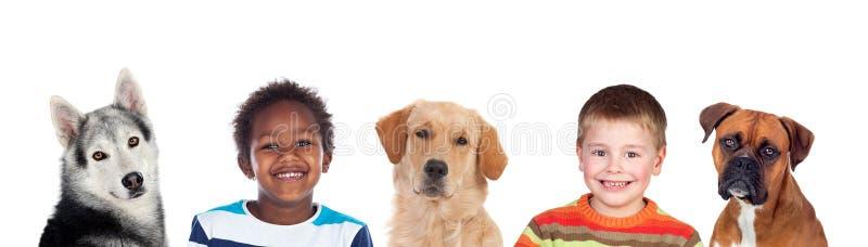 Crianças e cães, uma boa combinação foto de stock