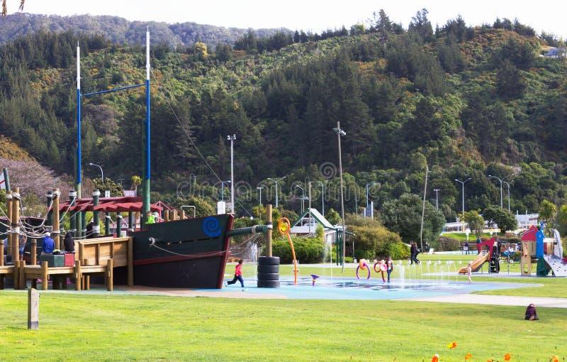 Crianças e famílias que apreciam o campo de jogos do foreshore de Picton imagens de stock