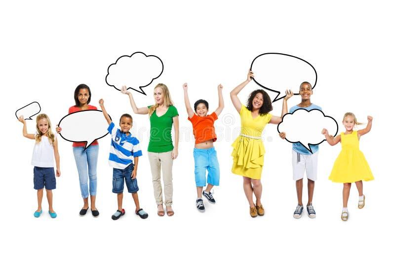 Crianças e mulheres que guardam bolhas vazias do discurso imagens de stock royalty free