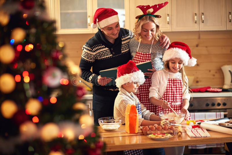 Crianças e pais que preparam cookies para o Xmas fotos de stock royalty free